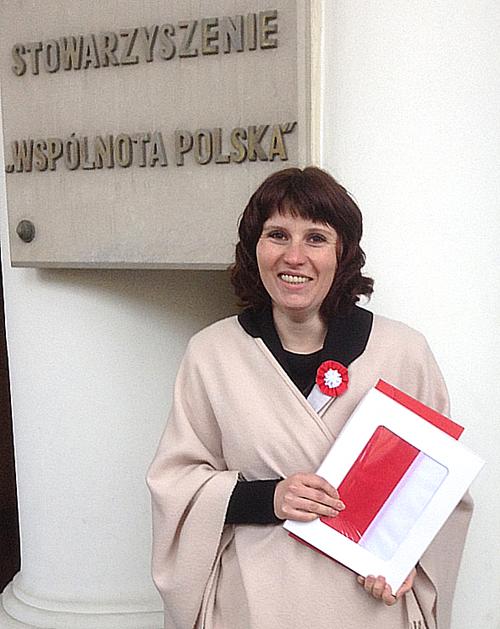 Irena Perszko dyrektor Domu Polskiego w Żytomierzu z zaszczytnym prezentem - flagą państwową Rzeczypospolitej