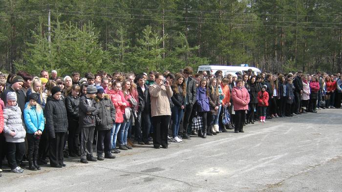 Na uroczysty wiec-requiem gromadnie przybyli mieszkańcy okolicznych miejscowości (blisko 1000 osób), wśród których, co cieszy, dominowała młodzież szkolna